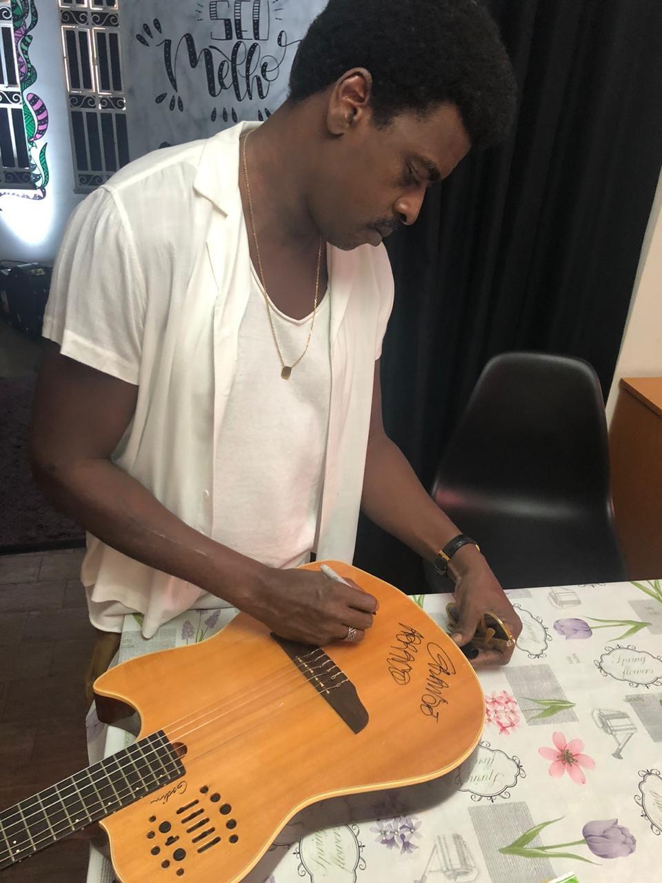 Violão do Seu Jorge Autografado