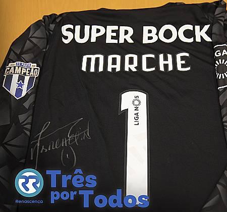 Camisola do guarda-redes Marchesín do Futebol Clube do Porto assinada pelo jogador