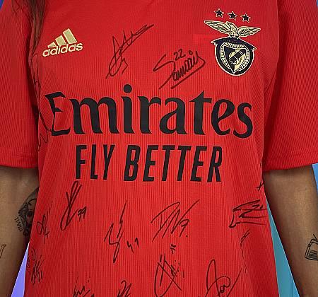 Camisola do Benfica autografada pelos jogadores do plantel 2020/2021 oferecida pelo antigo jogador Shéu