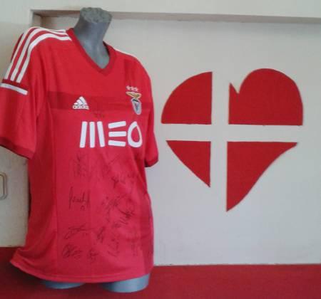 Camisola autografada pelo plantel do bicampeão nacional Benfica (2014/2015)