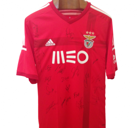 Camisola autografada pelo plantel do bicampeão nacional Benfica (2014/2015) apoia crianças