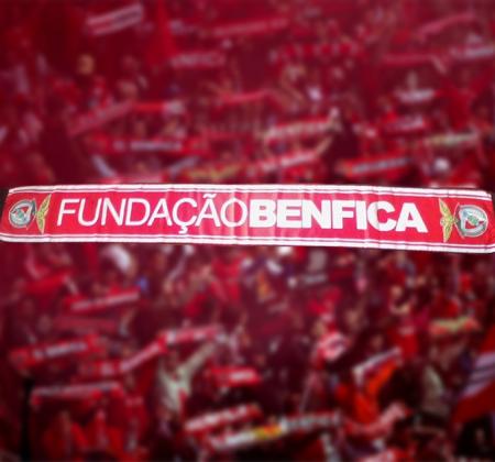 Cachecol Fundação Benfica autografado por Jardel e Lima apoia a Carolina