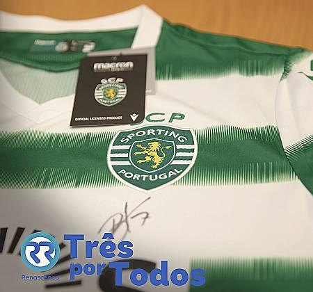Camisola da equipa de futebol do Sporting assinada por jogadores