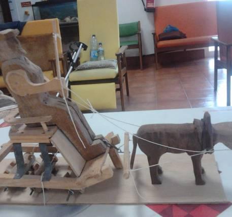 Homem com burro de madeira