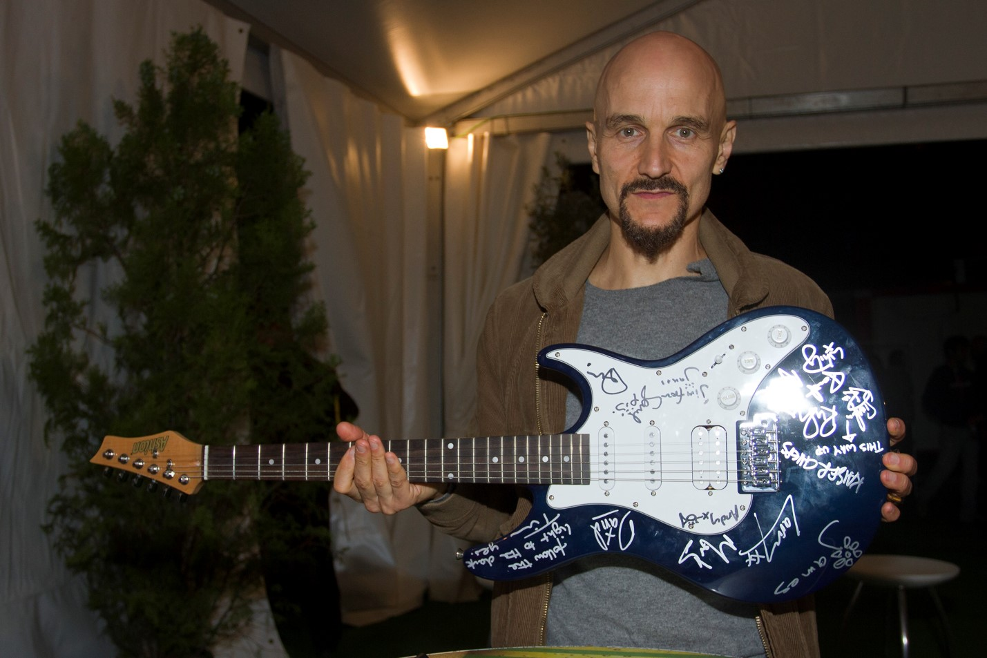 Rock in Rio - Kaiser Chiefs and James  - Autographed guitar