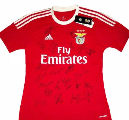 Jersey autographed by the entire team of Sport Lisboa e Benfica (2015/2016)