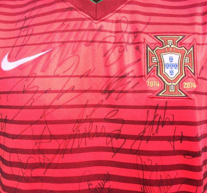 Camisola da Seleção Nacional autografada por Cristiano Ronaldo e pelo restante plantel