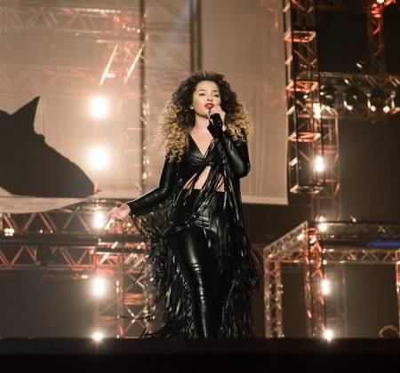 Macacão preto de cabedal usado por Ella Eyre nos MOBO Awards 2014 | Rumble in the Jumble 2016