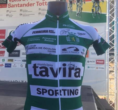Camisola autografada pelos elementos da equipa Sporting - Tavira | Volta a Portugal