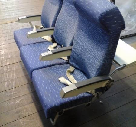 Cadeira tripla de económica (com braço creme) do avião A320 da TAP | 1