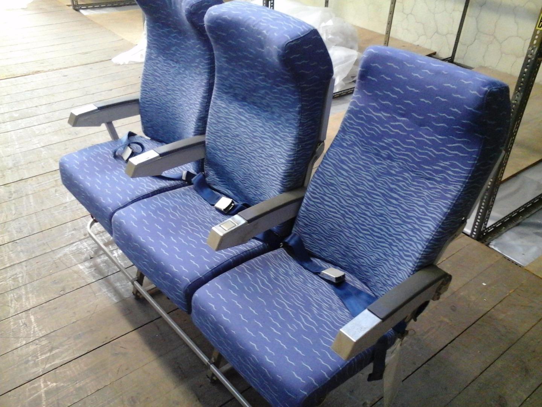 Cadeira tripla de económica (com braço azul) do avião A320 da TAP | 1