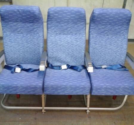 Cadeira tripla de económica (com braço azul) do avião A320 da TAP | 3