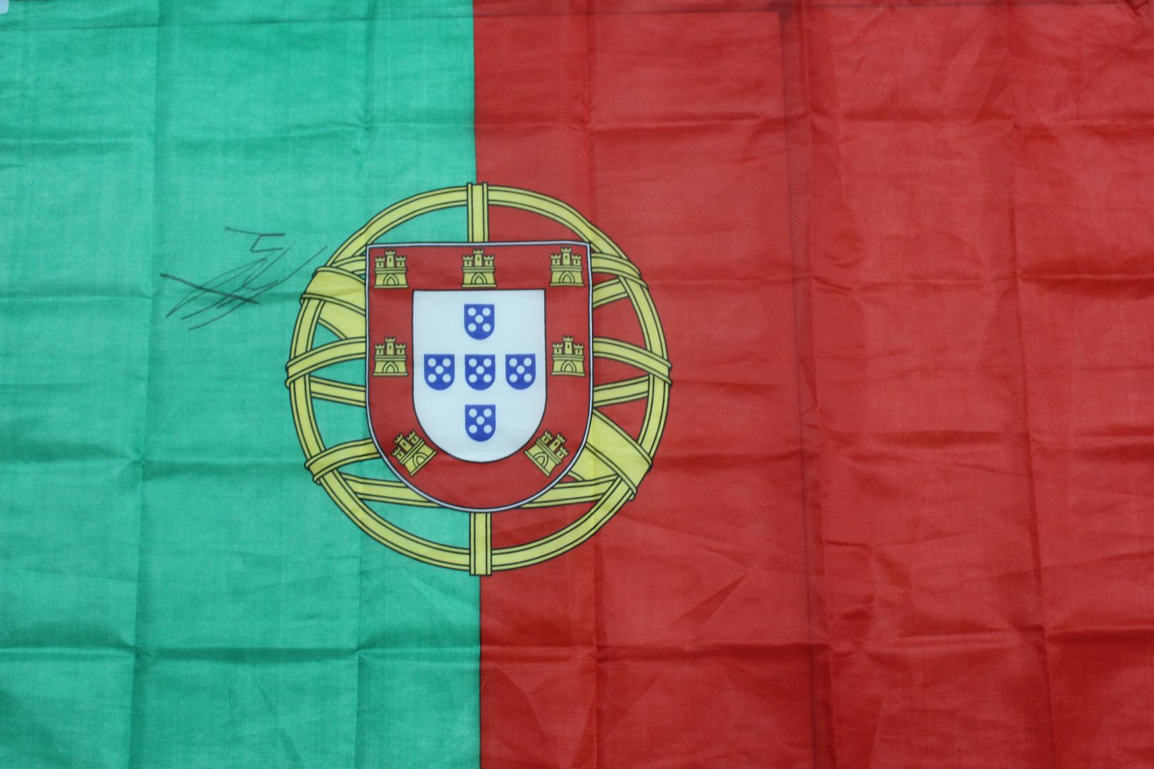 Bandeira nacional autografada por José Fonte