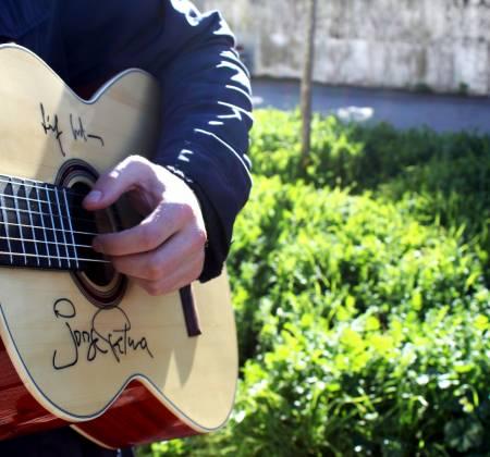 Guitarra autografada por Jorge Palma e Sérgio Godinho