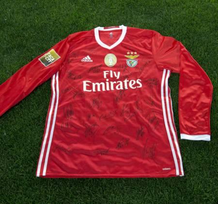 Camisola do Sport Lisboa e Benfica autografada pelo plantel