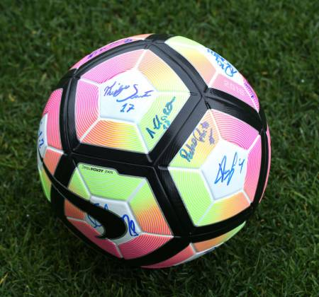 Official ball signed by the team of the Vitória Futebol Clube