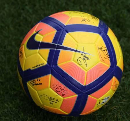 Bola oficial autografada pelo plantel do Moreirense Futebol Clube