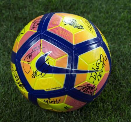 Bola oficial autografada pelo plantel do Sport Lisboa e Benfica