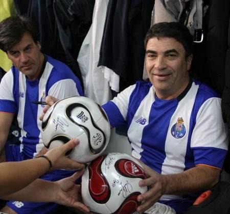 Bola autografada pelos veteranos do FC do Porto