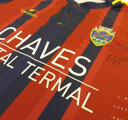 Camisola do Chaves autografada pelo Rafa