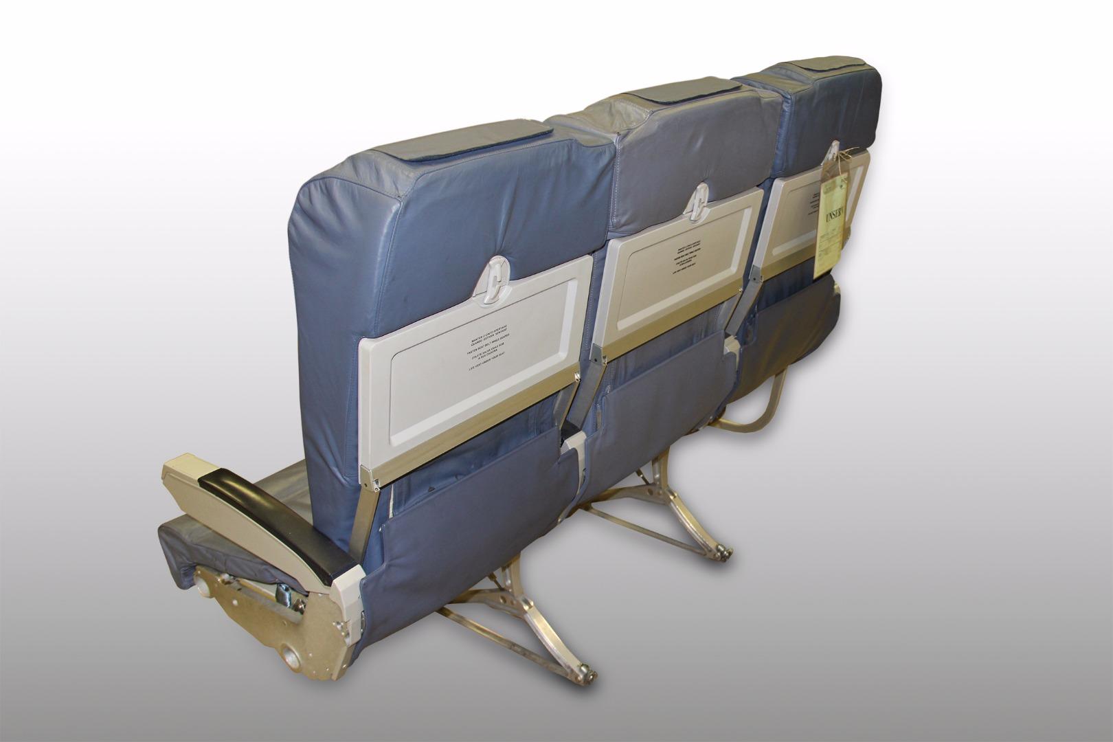 Cadeira tripla económica de um avião da TAP - 13