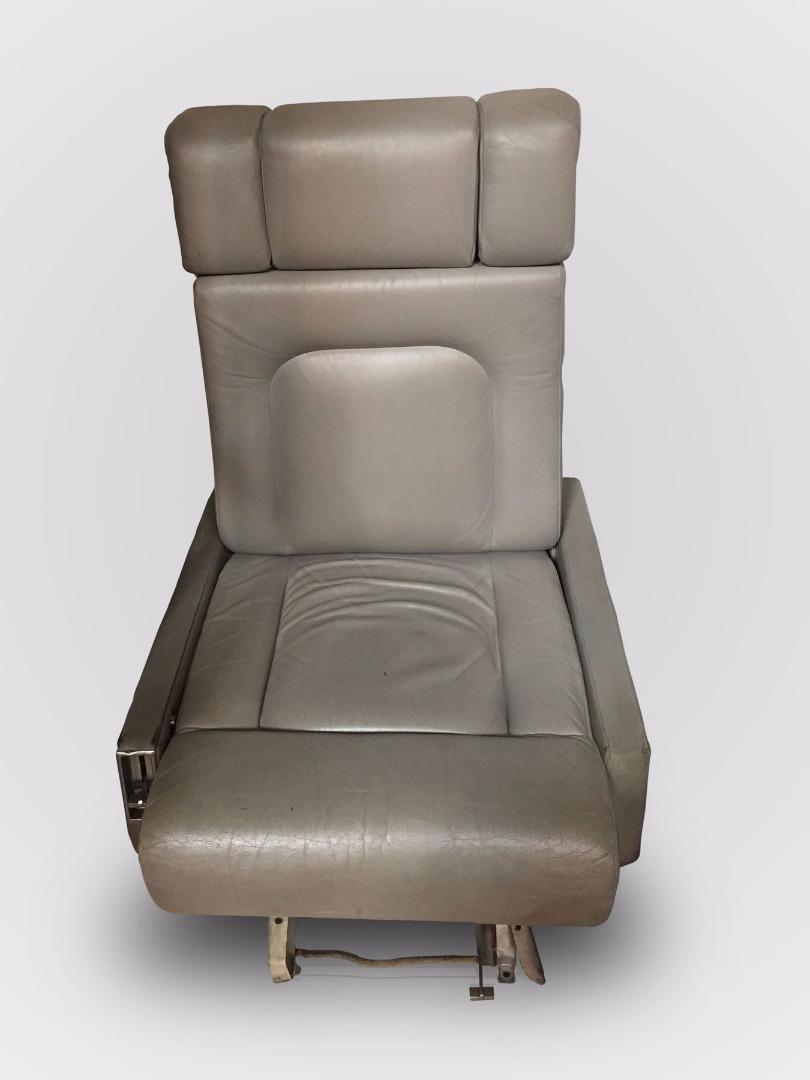 Cadeira de pele de assistente de um avião da TAP