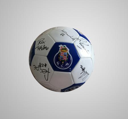 Bola do Futebol Clube do Porto autografada pelo plantel