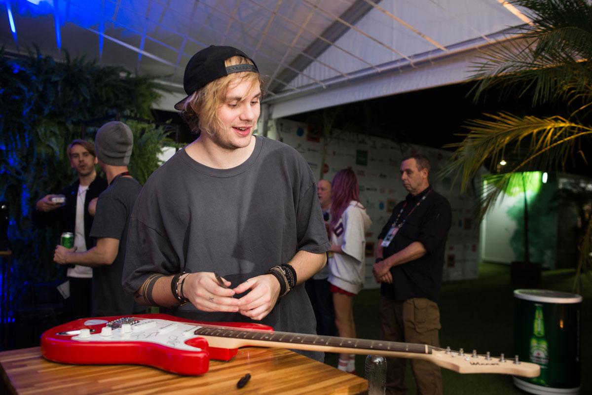 Guitarra autografada pelo 5SOS no Rock in Rio 2017