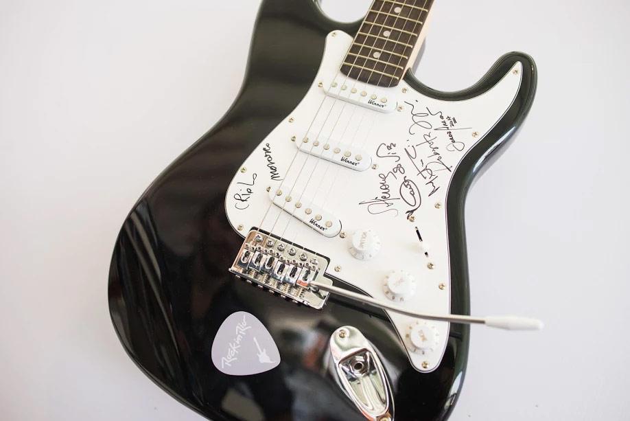 Guitarra autografada pelo Salve o Samba - Rock in Rio 2017