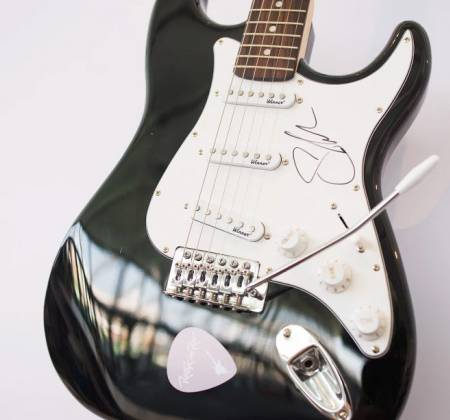 Guitar signed by Shawn Mendes at Rock in Rio 2017