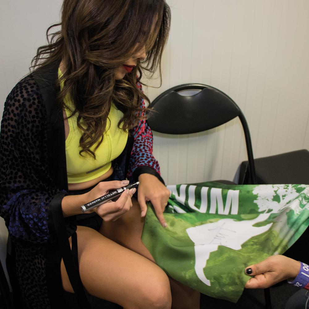 Bandeira Está tudo Conectado autografada pela Anitta no Rock in Rio