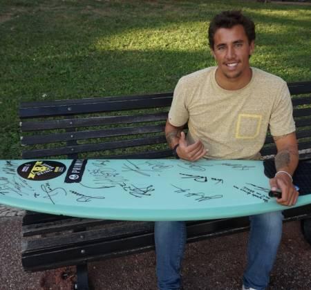 Prancha de surf autografada por Kikas, Medina, Toledo e outros