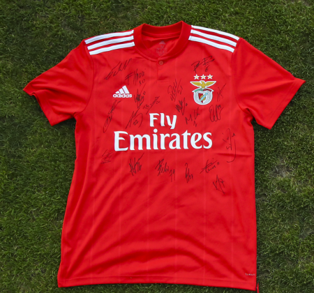 SL Benfica jersey autographed by the squad - at the Final Four 2019