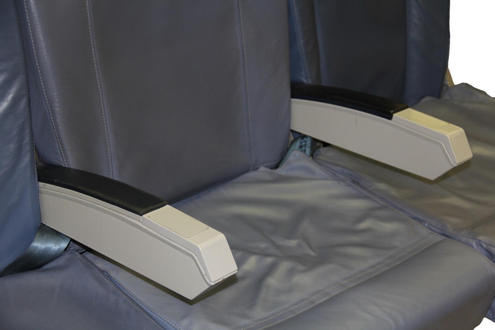 Cadeira tripla económica de um avião da TAP Air Portugal - 14