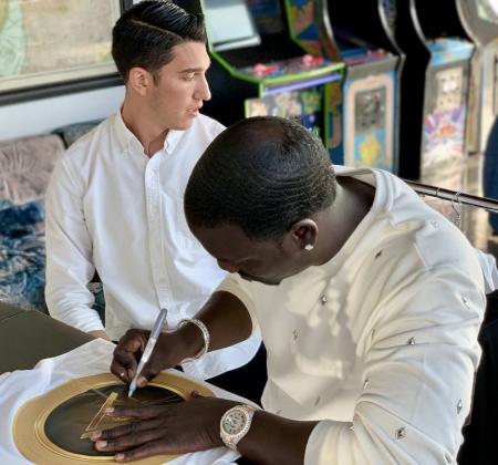 Camisola Branca de Akoin autografada pelo Akon