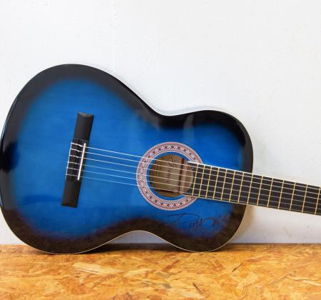 Guitarra clássica autografada por Rita Ora