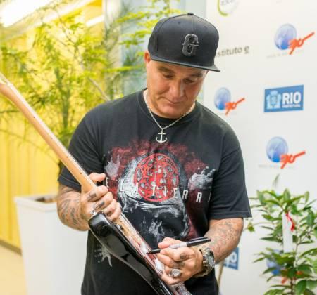 Signed Guitar by De La Tierra at Rock in Rio 2015