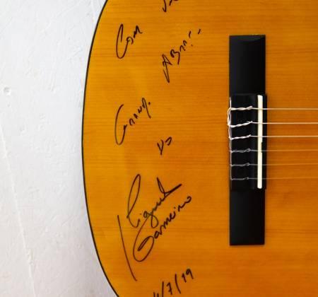 Viola autografada por Miguel Gameiro