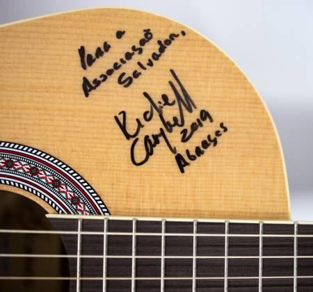 Viola autografada por Richie Campbell