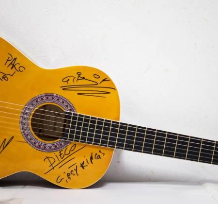 Viola autografada por Gipsy Kings