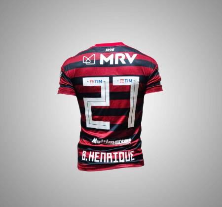 Camiseta atual do Flamengo assinada pelo jogador Bruno Henrique