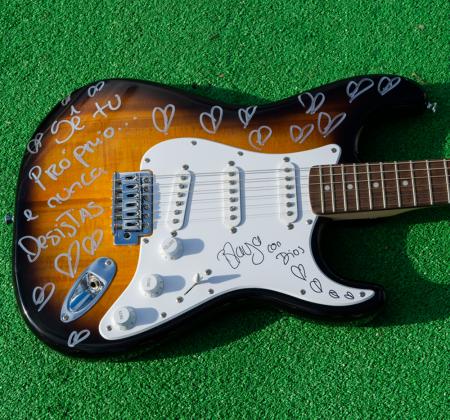 Guitarra autografada pela Blaya no Rock in Rio