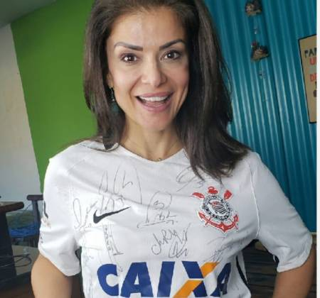 Analice Nicolau donates Corinthians signed jersey for auction