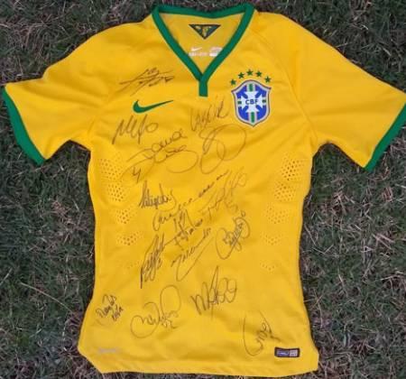 Camisa da Seleção Brasileira autografada por craques mundiais