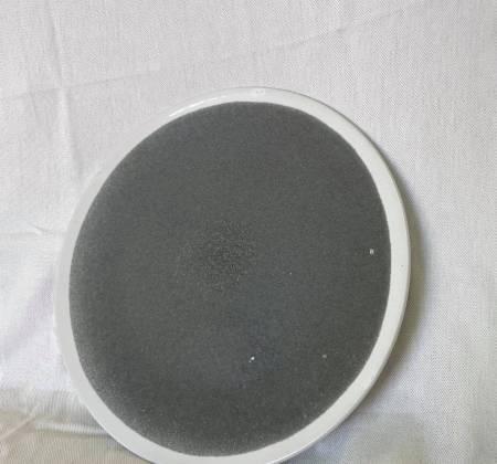 Prato cinza com pormenor em branco