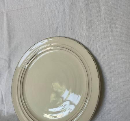 Prato branco com pormenores em preto