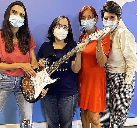 Guitarra assinada por artistas como HMB, The Black Mamba, Carolina Deslandes, Marisa Liz, The Gift entre muitos outros na ação Três Por Todos
