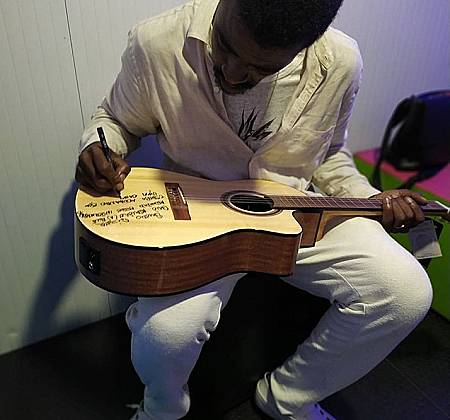 Caipira Brasileira autografada pelo Seu Jorge