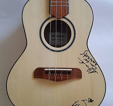 Cavaquinho autographed by the band NATIRUTS