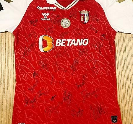 Camisola do S.C. Braga (Sporting Clube de Braga) autografada pelo plantel